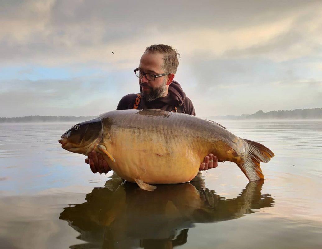 Geert Ooms met een prachtige grote karper van groot water