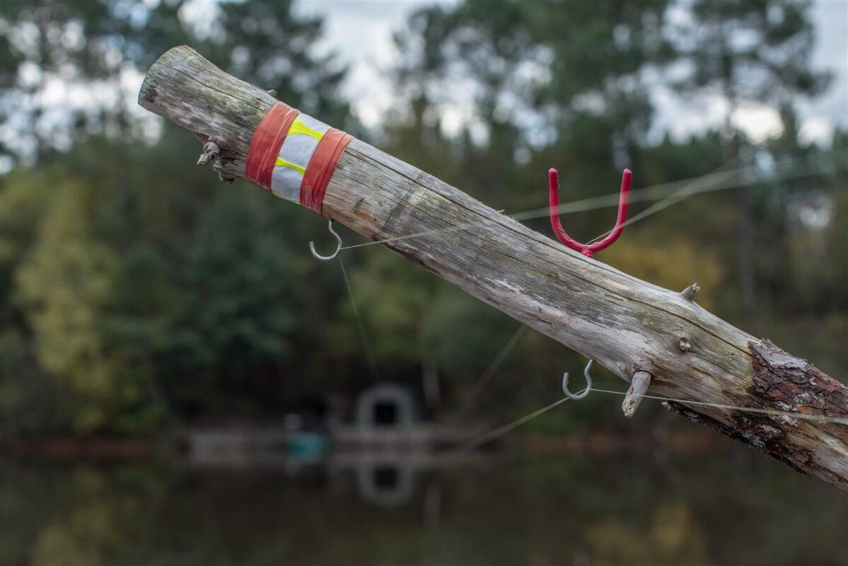 De lijnen raken het water niet en worden via een haak of U-steun langs het eiland geleid