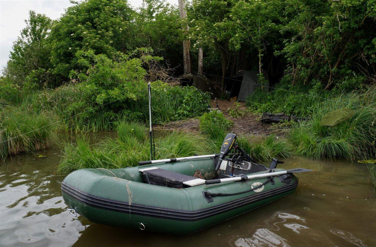 Een boot is belangrijk om stekken te zoeken op groot water