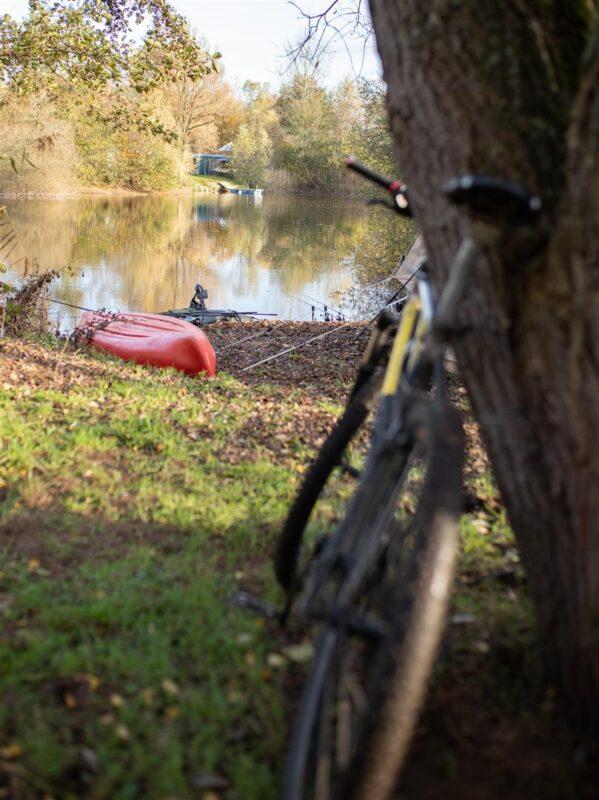 Een fiets bij de stek