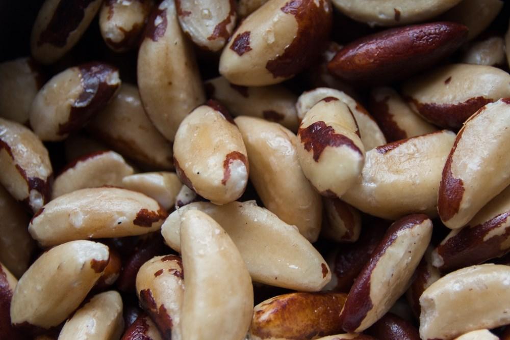 Het bereiden van paranoten (brazil nuts)