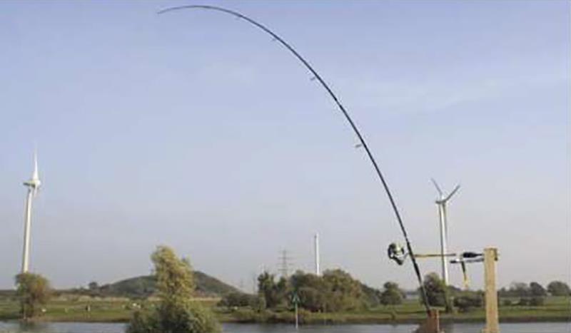Hengel A, de harde carbon 13 ft - 3 lb hengel. Om een haakdruk van 1,5 kilo te bereiken, dient ruim 10 kilo armdruk te worden gegeven