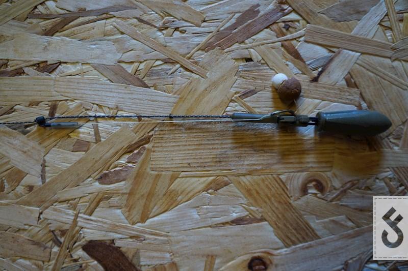 Klik nu de haak in de ARC clip en verschuif de barrel bead zodat de rig en leader strak staan. Deze stap is belangrijk anders kan de haak blijven hangen in de clip.