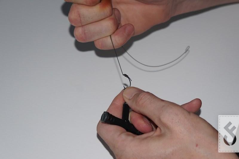 Trek de knoop nu goed aan. Zoals bij alle knopen nu ook eerst even nat maken met wat speeksel.