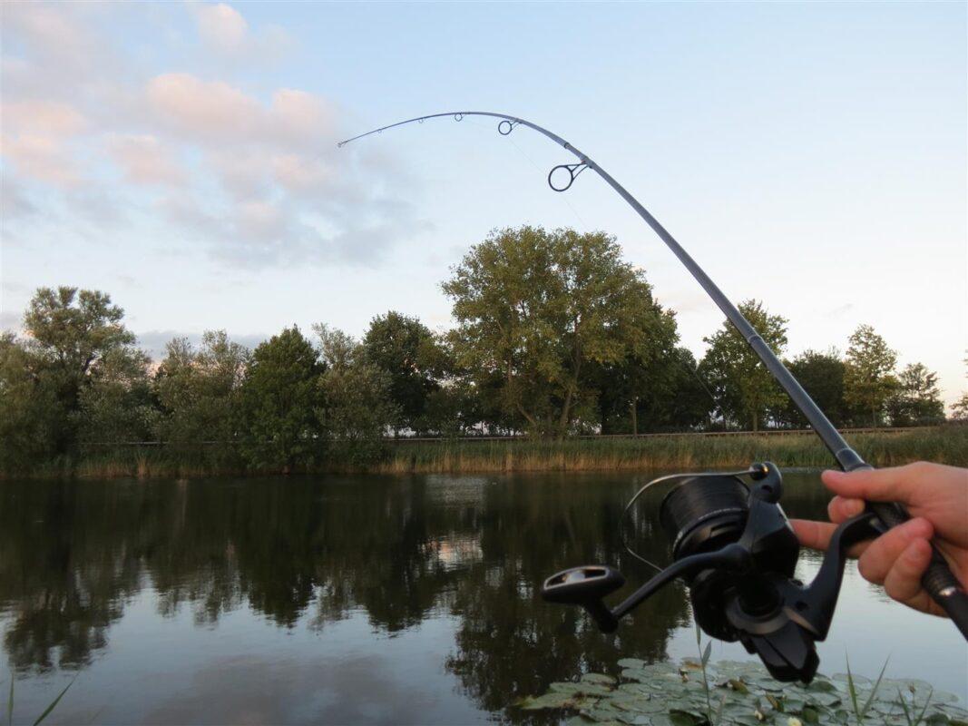 Blokkeer de beugel, zodra de vis geen lijn meer mag pakken.
