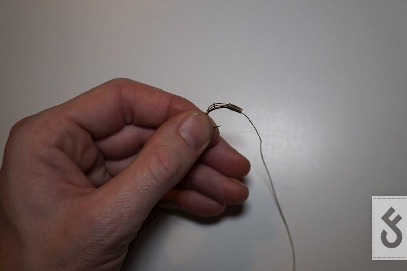 De knoop kan je nu afwerken met een stukje krimpkous. Als je er zeker van wilt zijn dat het stukje braid van de D niet loskomt kan je er ook een druppel secondelijm op leggen.