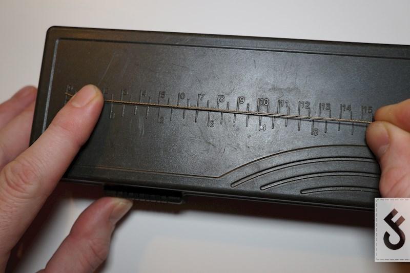 Strip nu 15 cm van de coating af. Bij een haakmaat 6 hou je dan 2cm braid over boven je haak. Pas dit eventueel aan naargelang je haakmaat en/of de hoeveelheid soepele braid die je wilt.