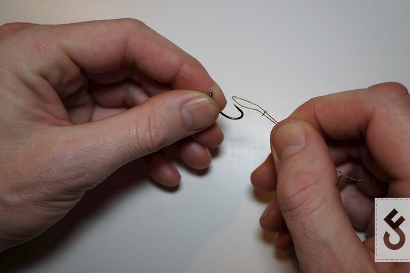 Maak de lus open en haal de haak er door (voor de rig ring). Stap 4,5 en 6 kan je ook anders doen, maar gezien het formaat van mijn handen vind ik deze manier het makkelijkst.
