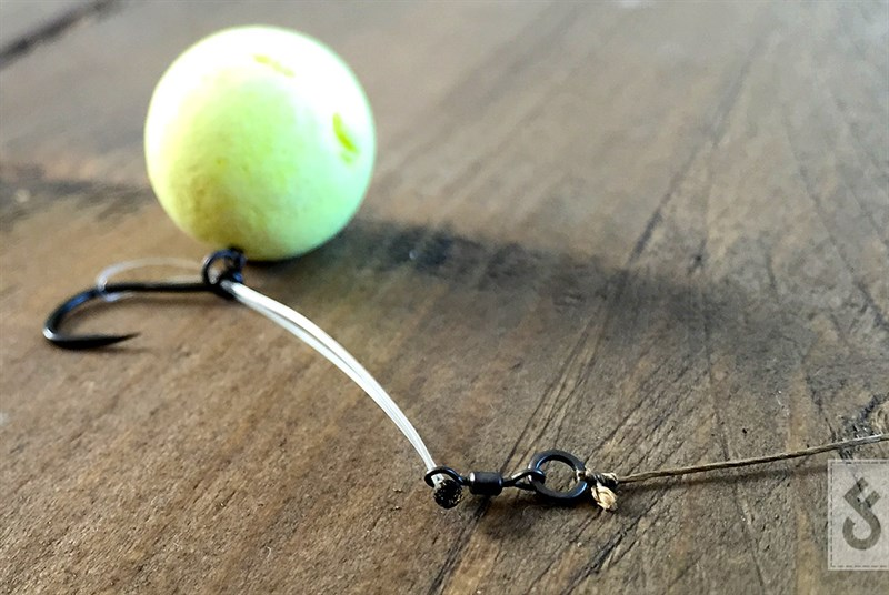 Aan de ring van de mini swiffel kun je nog een stukje onderlijn materiaal knopen. Afhankelijk van de bodem en je manier van vissen kun je kiezen voor stijf of juist soepel materiaal. Natuurlijk kun je hem ook rechtstreeks op je leader zetten. Op deze manier vis je hem als een Chod Rig.