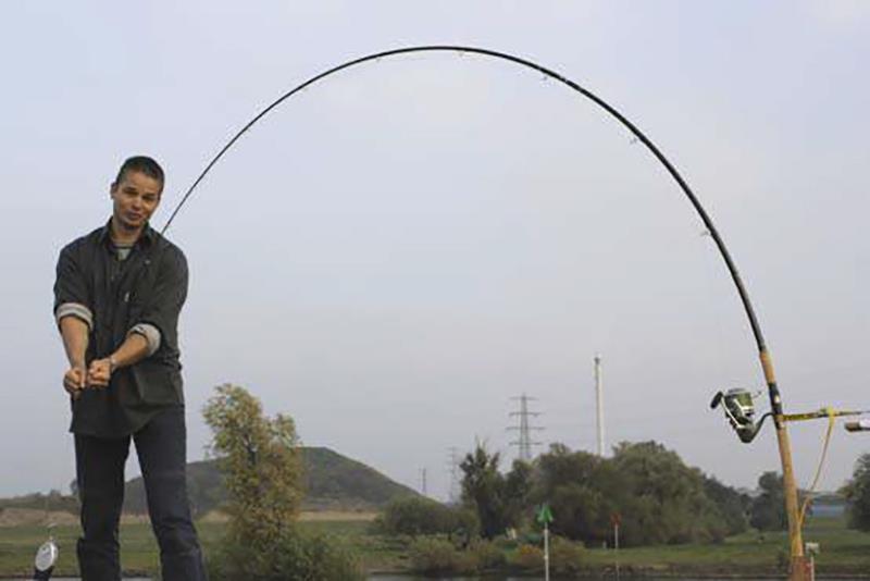 Dick belast hier een glashengel met zeer groot demping bereik. In sommige situaties is dit een zeer bruikbare, effectieve hengel die bij kenners dan ook de voorkeur heeft. Denk aan zware drilsituaties, obstakelvisserij en de meervalvisserij.