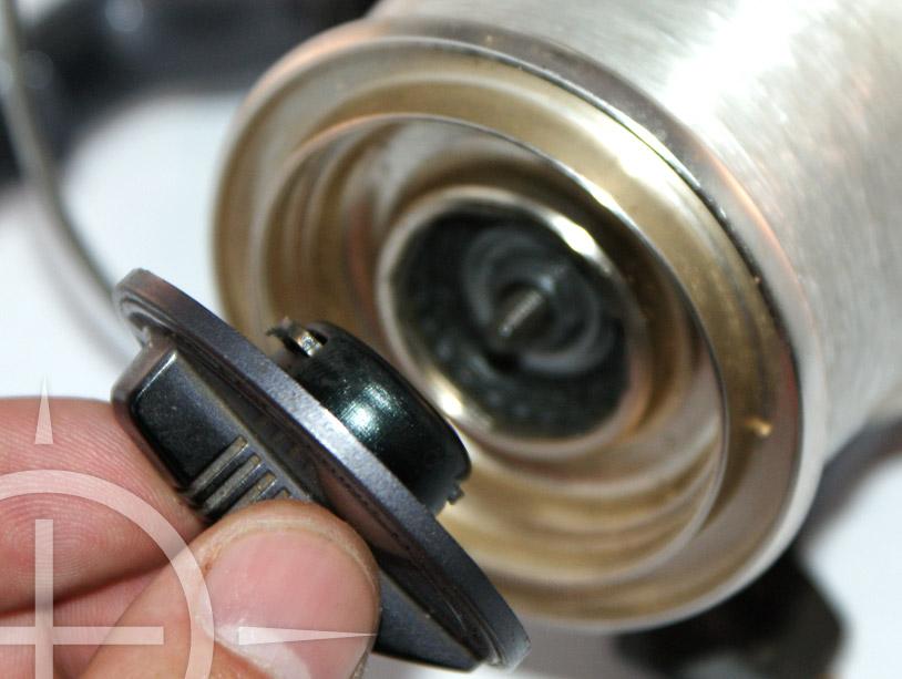 Verwijder de spoel van je molen. Dit doe je door je slip op de spoel helemaal los te draaien.