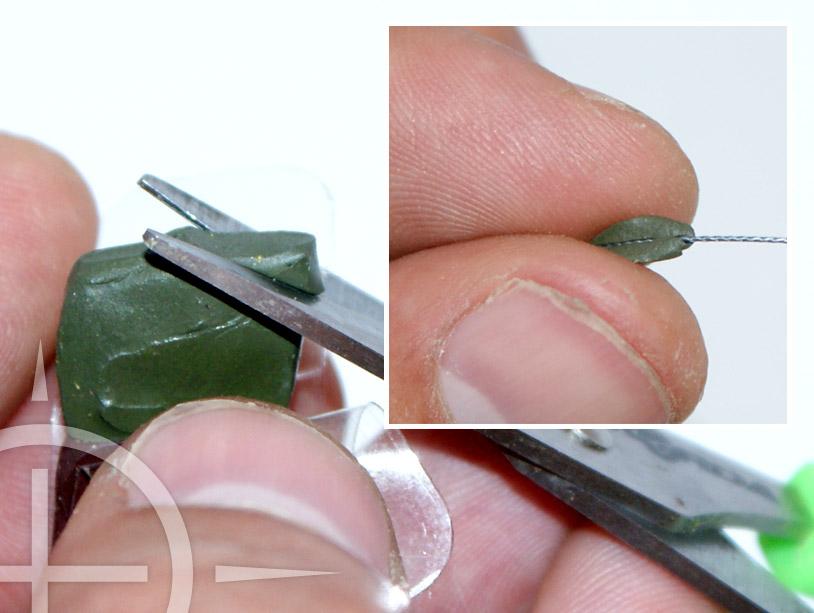 Knip nou een klein stukje putty af, kneed dit even en draai het ongeveer 5 cm van je haakoog op je onderlijn. Om je putty gemakkelijker te kunnen kneden loont het dit even te verwarmen met een aansteker. Het gebruik van putty zorgt ervoor dat je onderlijn mooi plat op de bodem zal liggen. Ook verbeterd gewicht op je onderlijn het draaien van je haak.