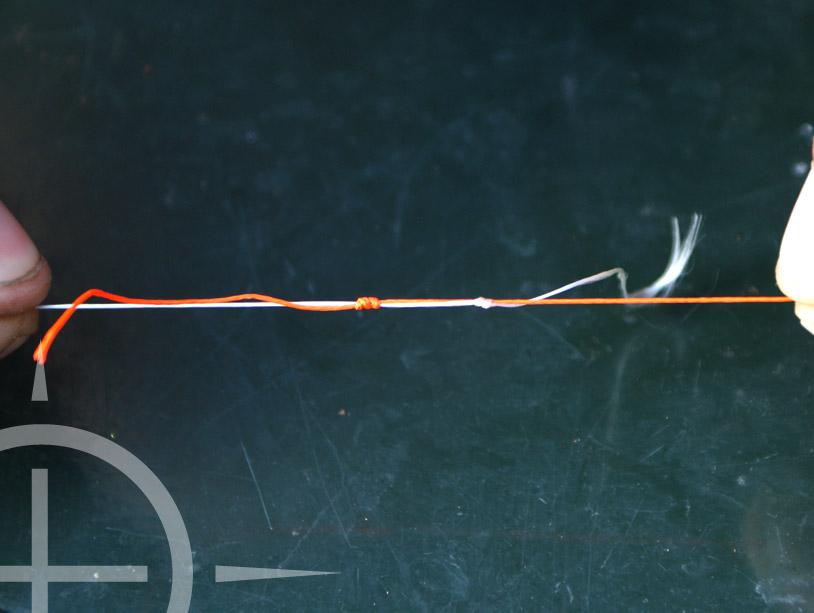 Pak nu beide lijnen, maak het geheel nat en trek de knopen voorzichtig, maar goed aan. Op deze manier glijden de lijnen over de lijn in elkaar. Erg belangrijk blijft dat je alles goed nat houd. Dit doe je omdat de lijn anders warm wordt en dan in kan branden. Zo wordt je lijn erg kwetsbaar.