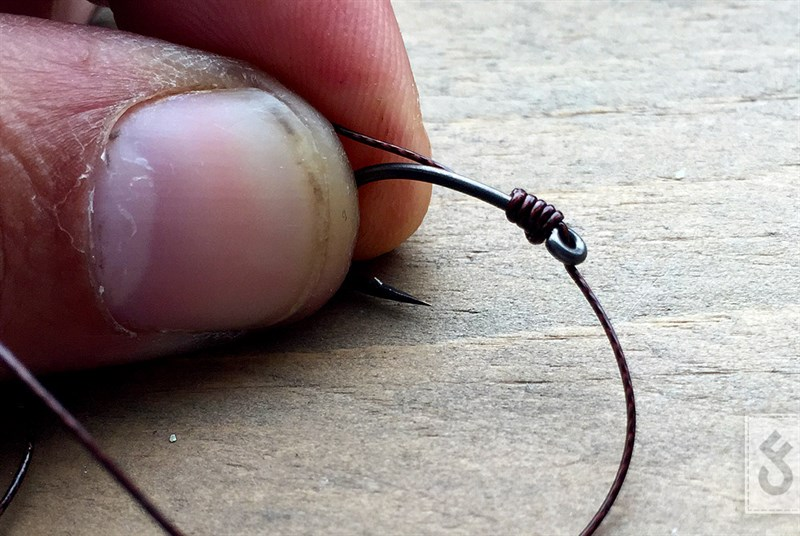 Trek met een pulla tool de knoop mooi strak en het varkentje is gewassen. Wanneer je nu een 'D' rig wilt maken kun je de hair heel gemakkelijk nogmaals door het oog van je haak halen.
