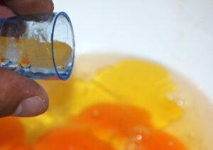 Breek de eieren in een schaal of emmer