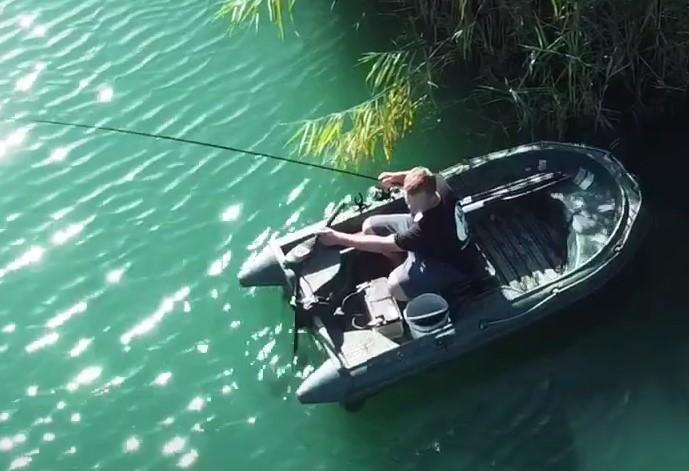 Tip ga niet in de boot staan met je blote voeten, je voeten verbranden levend als de  zon heel de dag op de boot staat te schijnen.