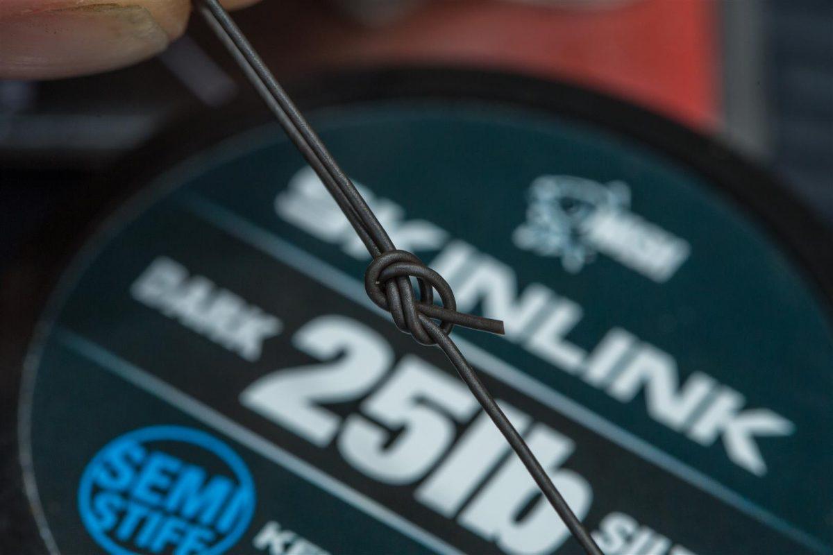 2. Met een simpele overhandse knoop leg je een lus aan beide uiteinden