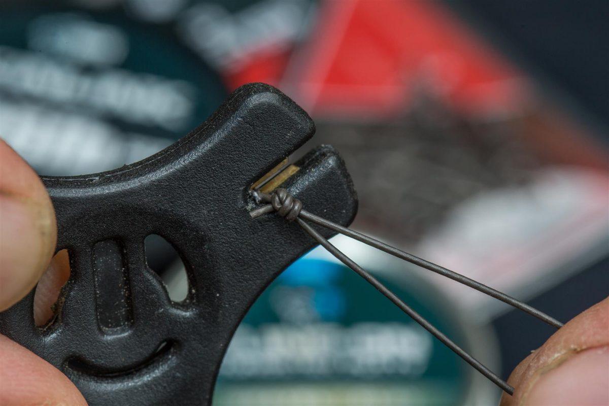 4. Strip een klein stukje coating van het materiaal, vlak voor de kleinste lus