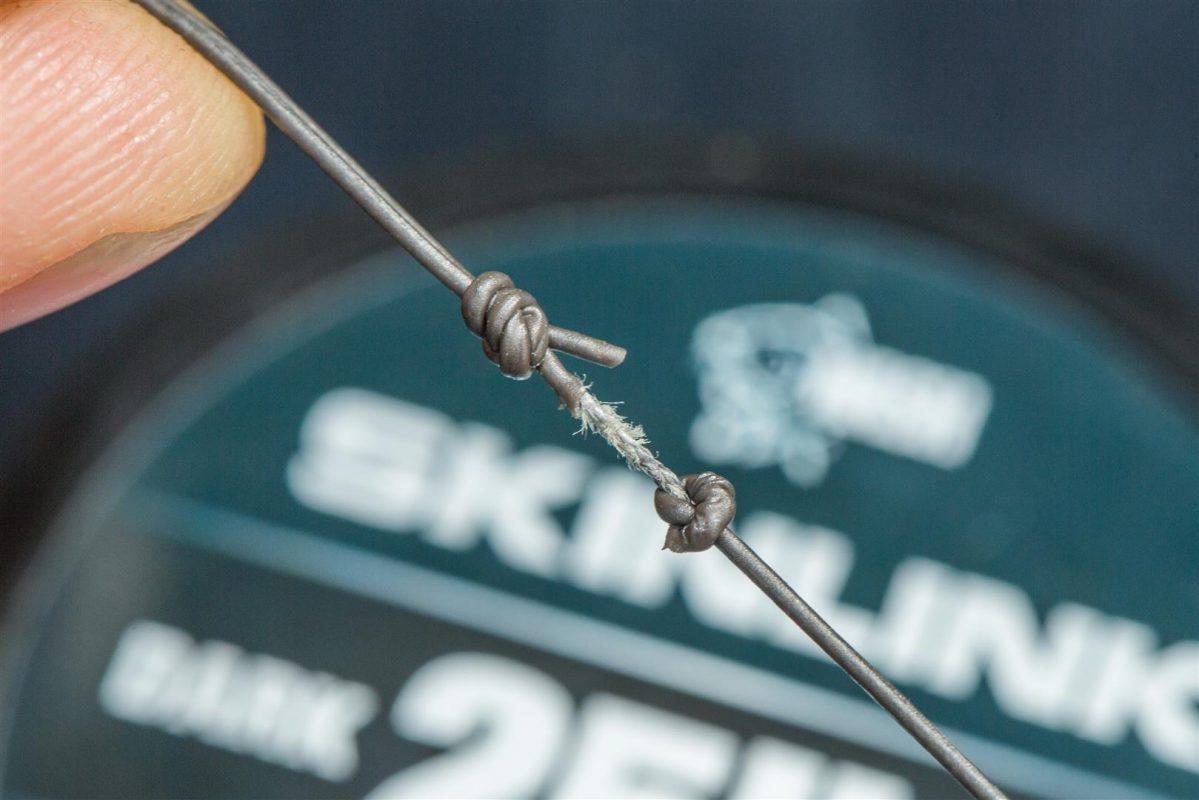 9. Maak een simpel knoopje voor het gestripte gedeelte