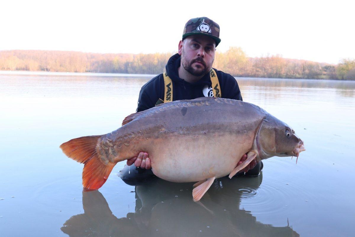 Een spiegelkarper van 22,7 kg van Lac de Lepinet