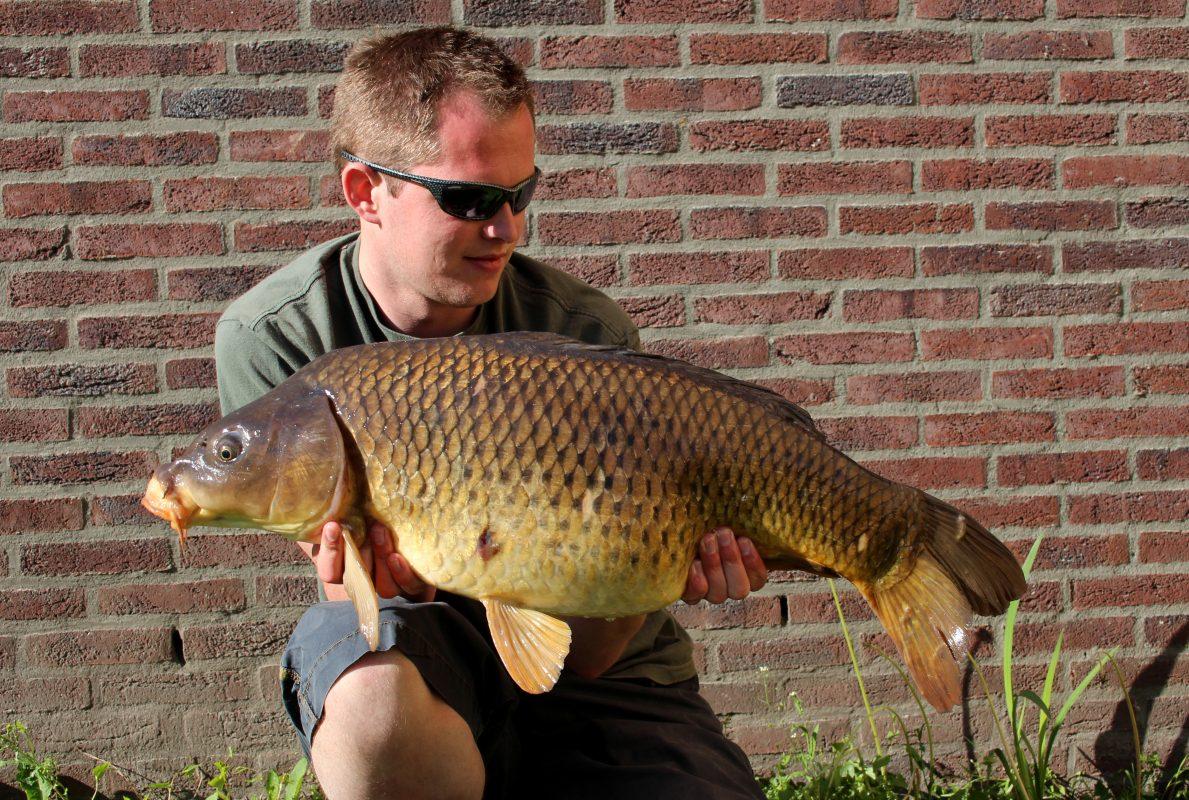 Frank met een vis die hij vond door het gebruik van een polariserende bril