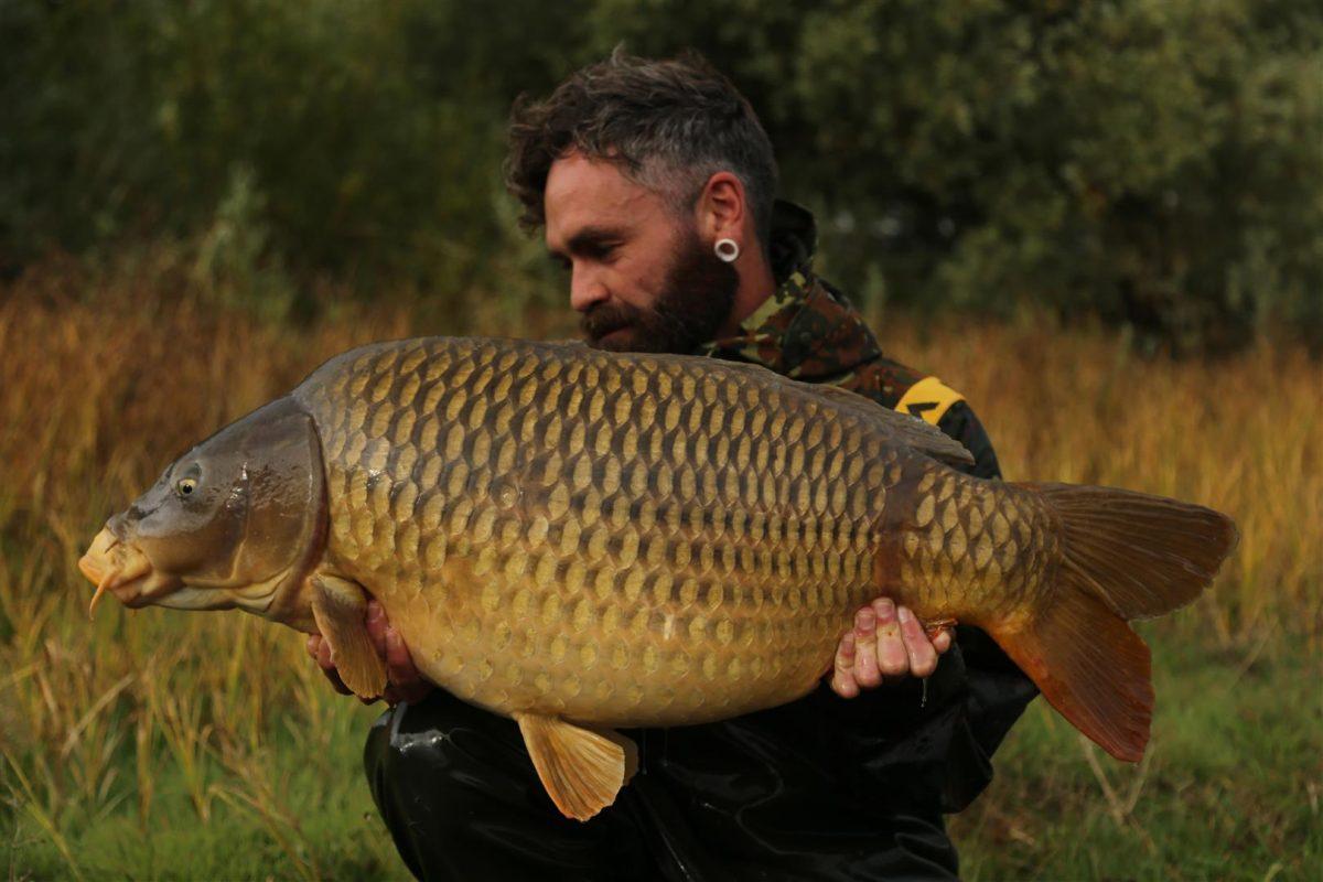 Gareth Fareham met een prachtige schubkarper