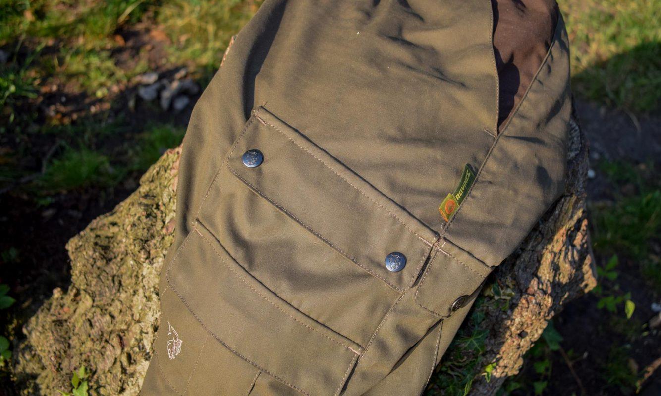 Met 7 zakken en een groene kleur is het een praktische broek voor de karpervisserij