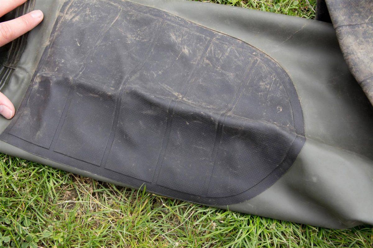 Extra verstevigde kniestukken zorgen ervoor dat je prima op grove ondergronden kunt zitten