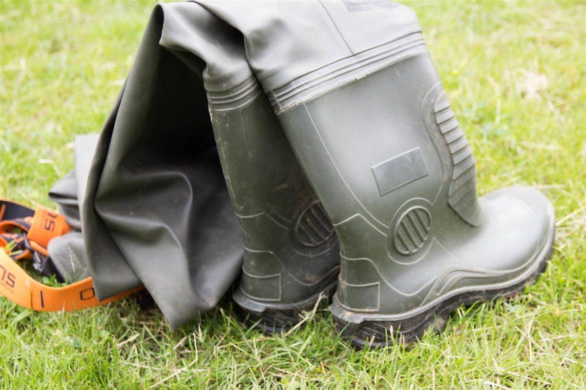 Stevige laarzen met een randje aan de achterzijde om ze eenvoudig uit te trekken